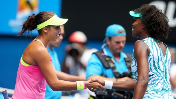 Australian Open 2015: Madison Keys fordert Serena Williams heraus. Venus Williams (r) gratuliert Madison Keys zum Sieg.