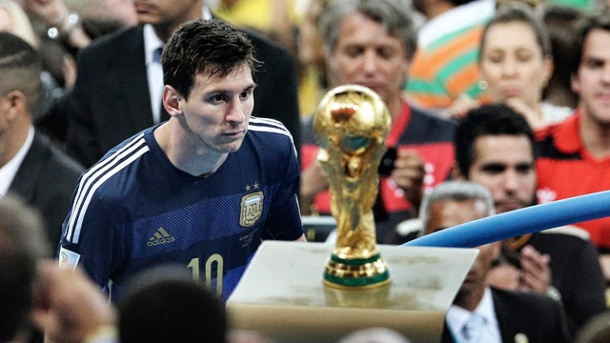 "Sportfoto des Jahres: Messi blickt enttäuscht auf den WM-Pokal. Sieger in der Kategorie ""Sports"": Diese Aufnahme des argentinischen Fussball-Stars Lionel Messi. (Quelle: Reuters/Bao Tailiang, China, Chengdu Economic Daily)"