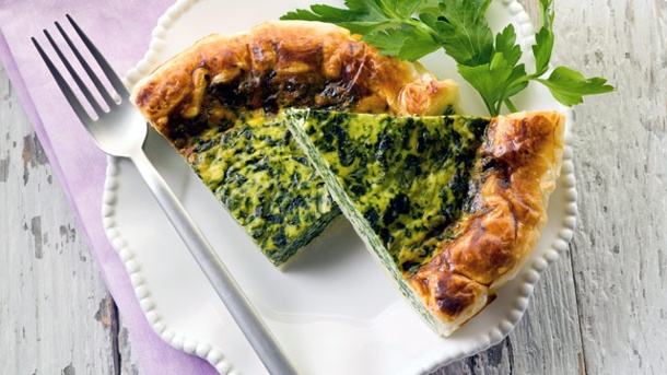 Schmeckt auch kalt: Rezept für Spinat-Quiche. Servieren Sie die Spinat-Quiche mit Petersilie oder wie hier mit frischem Koriander. (Quelle: Thinkstock by Getty-Images)