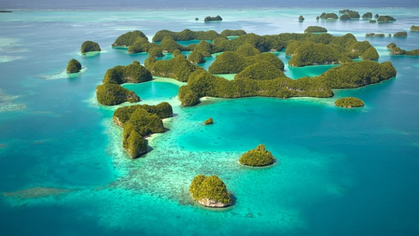 Insel-Geheimtipp Palau war einst deutsche Kolonie. Grüne Flecken im endlosen Meer: Das Südsee-Archipel Palau. (Quelle: dpa/Palau Visitors Authority/Mark Downey)