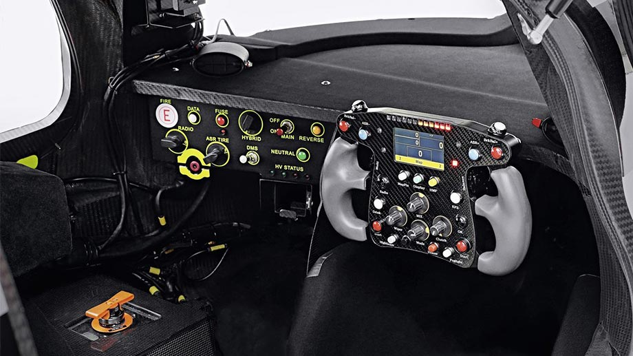 Das Cockpit des Audi R18 e-tron. (Quelle: press-inform)