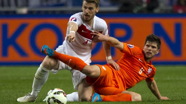 EM-Qualifikation: Niederlande rettet ein Punkt gegen die Türkei. Der Türke Serdar Aziz (li.) kämpft mit Hollands Klaas-Jan Huntelaar um den Ball. (Quelle: Reuters)
