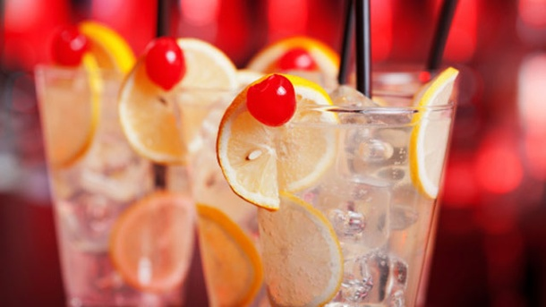 Tom Collins Cocktail: Ein legendäres Rezept. Gin, Soda und Zitrone sind Basics für den Cocktail-Klassiker Tom Collins. (Quelle: Thinkstock by Getty-Images)