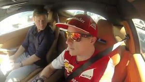 Kimi Räikkönen (re.) während des 'rollenden' Interviews. (Screenshot: news2use)