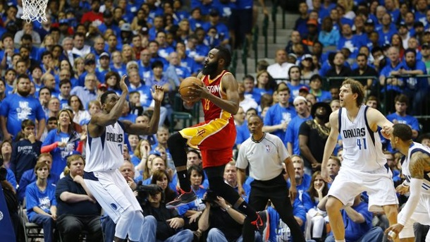 Dirk Nowitzki und Dallas Mavericks vor Aus in den NBA-Playoffs 2015. Rockets-Superstar James Harden (M.