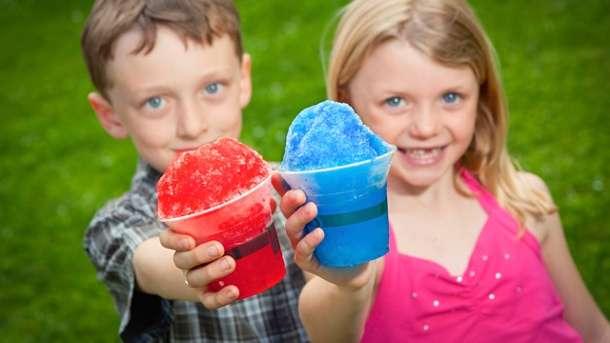 Slush Eis selber machen: So einfach geht's. Eine tolle Idee für den nächsten Kindergeburtstag: Selbstgemachtes Slush Eis. (Quelle: Thinkstock by Getty-Images)