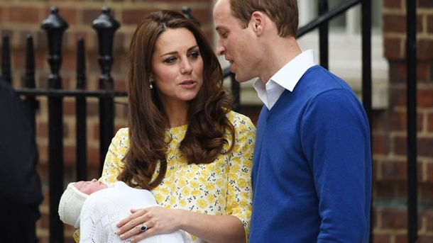 Royal Baby 2: Lippenleser weiß, worüber Kate und William sprachen. Kate und William unterhielten sich am Samstagabend vor der Klinik. (Quelle: WENN)
