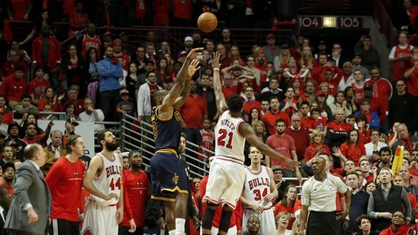 LeBron James trifft in letzter Sekunde. Superstar LeBron James (M.