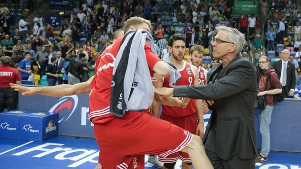 Basketball: Skyliners-Coach Herbert attackiert Bayern-Profi Djedovic. Frankfurts Trainer Gordon Herbert war nach dem Spiel außer sich und attackierte die Spieler des FC Bayern.