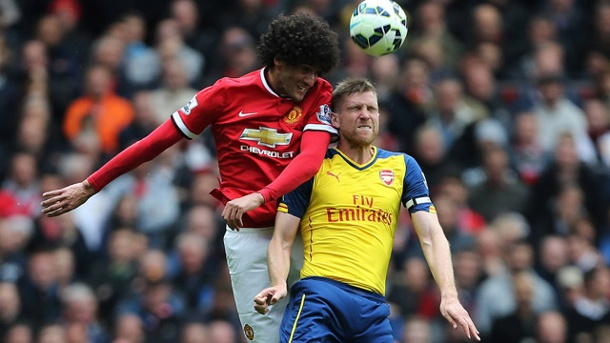 FC Arsenal verteidigt Rang drei gegen Manchester United. ManUniteds Marouane Fellaini (li.) im Kopfballduell mit Arsenals Per Mertesacker. (Quelle: imago/SportImage)