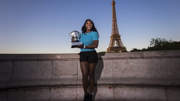 French Open 2015: Serena Williams gewinnt 20. Grand-Slam-Titel . Serena Williams posiert mit der French-Open-Trophäe vor dem Eiffelturm.