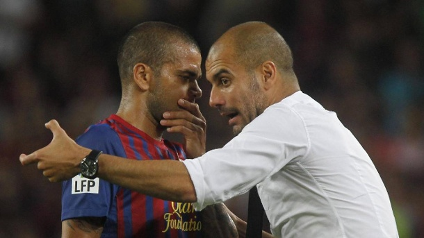 Dani Alves: Pep Guardiola wollte Coach von Brasilien werden. Beim FC Barcelona gab Pep Guardiola vier Jahre lang Daniel Alves Anweisungen. (Quelle: imago/Cordon Press / Miguletz Sports)