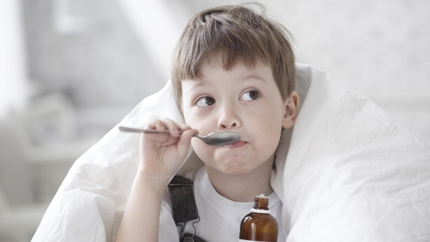 Bronchitis beim Kleinkind: Symptome, Ursachen, Behandlung. Bronchitis bei Kleinkindern kann mithilfe schleimlösender Medikamente behandelt werden (Quelle: Thinkstock by Getty-Images)