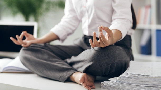 Gelassen durch den Alltag: 5 Entspannungstechniken. Zwischendurch ein paar Minuten Yoga im Büro verleiht neue Energie. (Quelle: Thinkstock by Getty-Images)