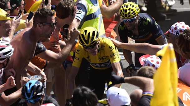 Tour de France: UCI-Boss Cookson warnt vor Tour-Hooligans. Tour-Sieger Chris Froome von Fans umringt. (Quelle: imago/Panoramic International)