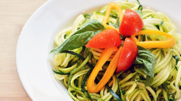 Zoodles: Spaghetti aus Zucchini herstellen. Für abnehmwillige Pasta-Liebhaber die perfekte Lösung: Zucchini-Spaghetti. (Quelle: Thinkstock by Getty-Images)