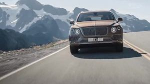 Mit dem Bentley Bentayga ins Gelände (Screenshot: United Pictures)