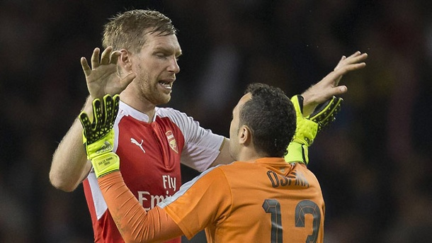 League Cup: Mertesacker & Co. schlagen Erzrivale Tottenham. Per Mertesacker (li.) feiert mit seinem Torwart David Ospina. (Quelle: imago/Action Plus)