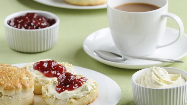 Cream Tea: Süße Leckerei aus England. Tee mit Milch und Scones: Cream Tea in England. (Quelle: Thinkstock by Getty-Images)