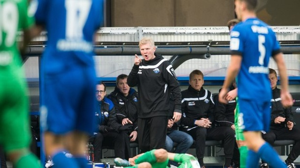 2. Liga: Irres Spiel in Paderborn - Auch Union mit Remis. Paderborns Trainer Stefan Effenberg (M) in Aktion.
