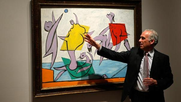 "A man speaks about Pablo Picasso's ""Le Sauvetage"" during a preview of Sotheby's impressionist and modern art evening sale in New York (Quelle: Reuters)"