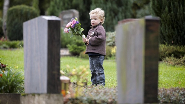 Kinder am Friedhof