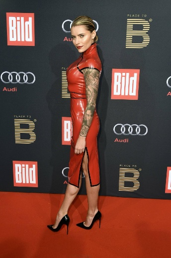 "Hingucker in knallrotem Latex: Sophia Thomalla am 13. Februar 2016 auf dem roten Teppich der ""Place-to-B-Party"" während der Berlinale.  (Quelle: imago images/Future Image)"