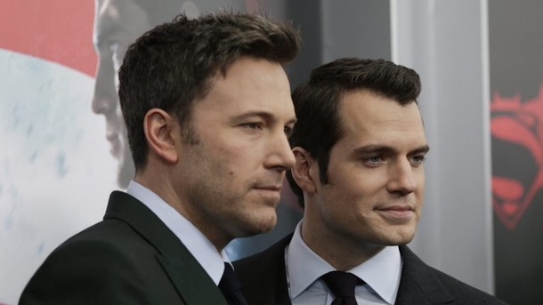 """Batman v Superman"" erobert Platz eins der Kinocharts. Superman Henry Cavill (r) und Batman Ben Affleck bei der Premiere in New York."