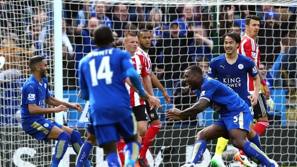 Fußball: Leicester setzt sich weiter ab - ManUnited bezwingt Everton. Leicesters Wes Morgan (3.