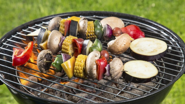 Vegetarisch grillen: Einfache Rezepte für den gesunden Genuss. Ein separater Grill für vegetarisches Grillgut ist ideal, wenn Vegetarier oder Veganer mitgrillen. (Quelle: Thinkstock by Getty-Images)