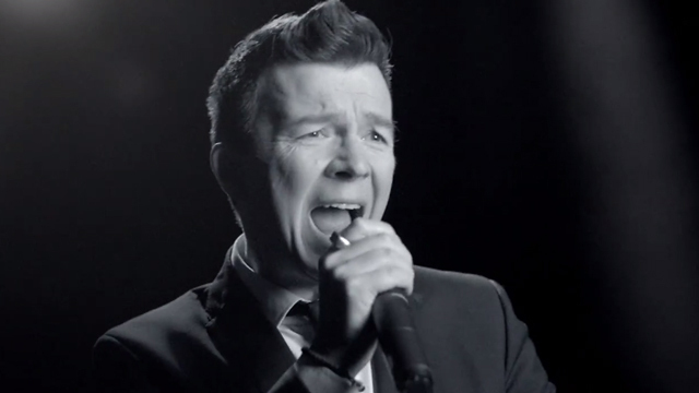 "Rick Astleys neues Video ""Keep Singing"". (Screenshot: BMG)"