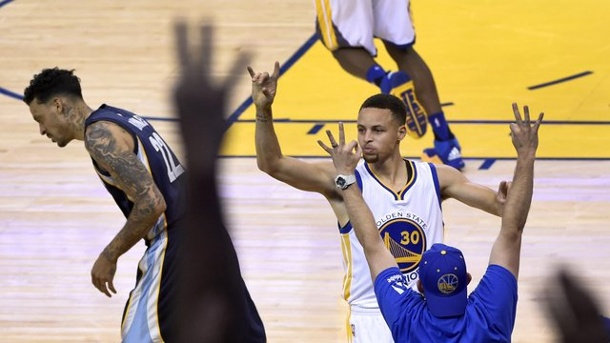 Stephen Curry führt Golden State Warriors zu NBA-Rekord. Stephen Curry (r) von den Golden State Warriors lässt sich nach einem Dreipunktewurf feiern.