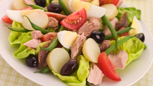 Nizza Salat: Rezept mit Dressing und Thunfisch. Der Nizza Salat lässt sich in unterschiedlichen Variationen zubereiten. (Quelle: Thinkstock by Getty-Images)