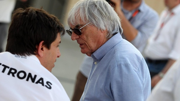 Formel 1: Mercedes-Boss Toto Wolff fordert Ecclestone-Rücktritt. Mercedes-Motorsportchef Toto Wolff (links) und Formel-1-Boss Bernie Ecclestone im Gespräch. (Quelle: imago/Crash Media Group)