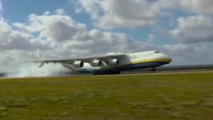 Riesige Antonov An-225 landet in Australien. (Screenshot: Bit Projects)