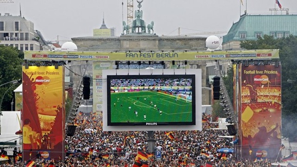 Public Viewing zur EM 2016: Fanmeile, Fanfest, Fanzelt. Public Viewing am Brandenburger Tor in Berlin.
