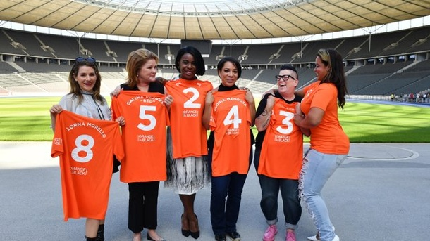 "Medien: Vierte Staffel von ""Orange Is the New Black"" wird düster. Yael Stone (l-r), Kate Mulgrew, Uzo Aduba, Selenis Leyva, Lea DeLaria und Dascha Polanco im Berliner Olympiastadion."