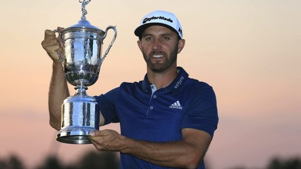 US Open 2016 Sieger: Dustin Johnson bezwingt Major-Phobie . Dustin Johnson posiert bei den US Open mit seiner Trophäe.