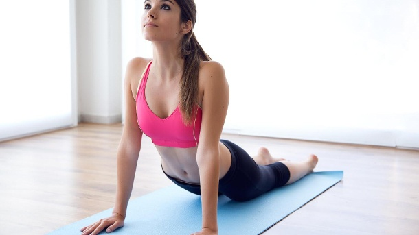 10 Strategien gegen Liebeskummer . Frau auf Yoga-Matte. (Quelle: Thinkstock by Getty-Images)