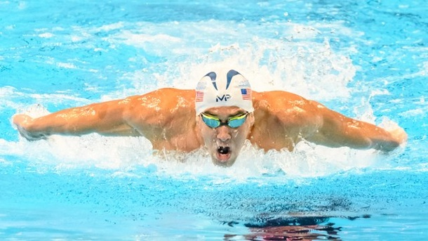 Michael Phelps siegt auch über 100 Meter Schmetterling. Michael Phelps in Aktion.