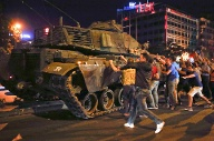 People react near a military vehicle during an attempted coup in Ankara (Quelle: Reuters)