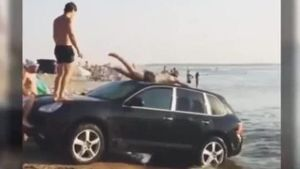 Porsche dient am Strand als Rutsche. (Screenshot: Bit Projects)