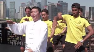 China-Reise: BVB-Stars bei Thai Chi. (Screenshot: SID)