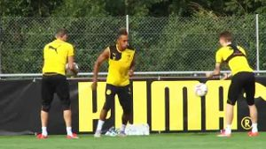 Pep Guardiola lockt BVB-Star Aubameyang. (Screenshot: Omnisport)