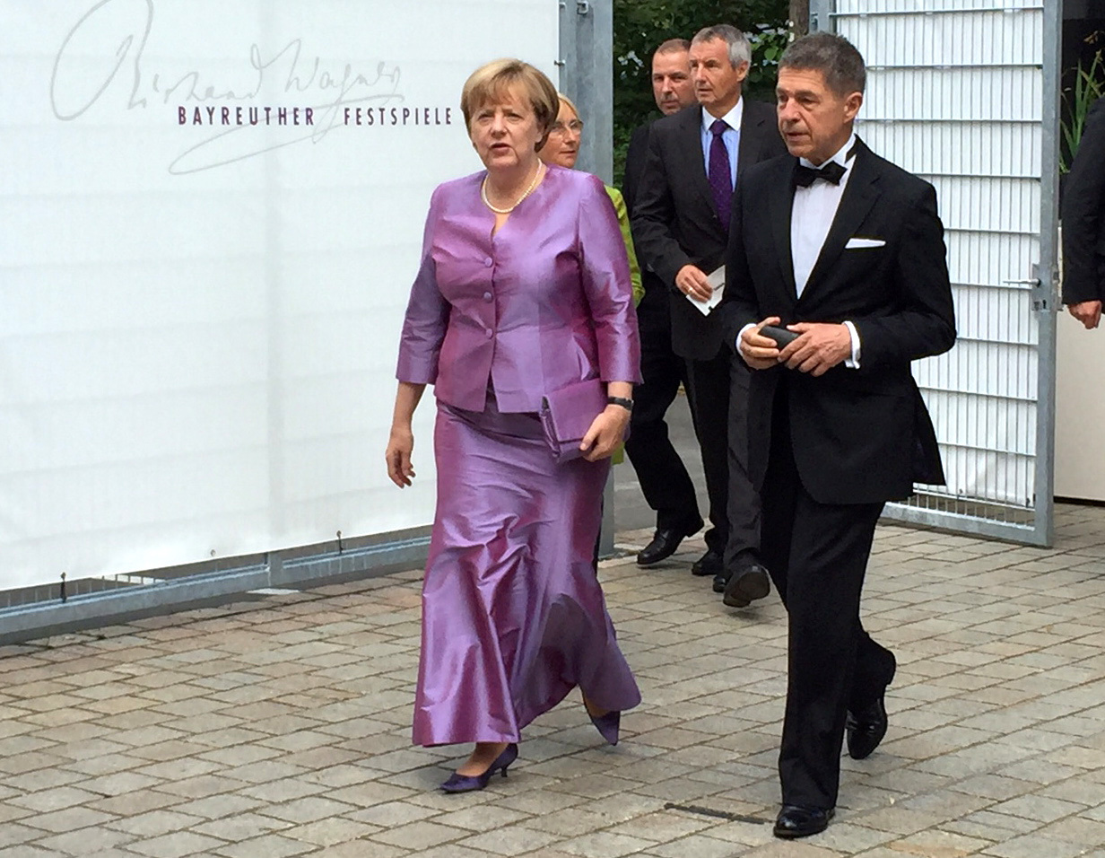 angela merkel tr gt in bayreuth ihr lieblings outfit auf. Black Bedroom Furniture Sets. Home Design Ideas
