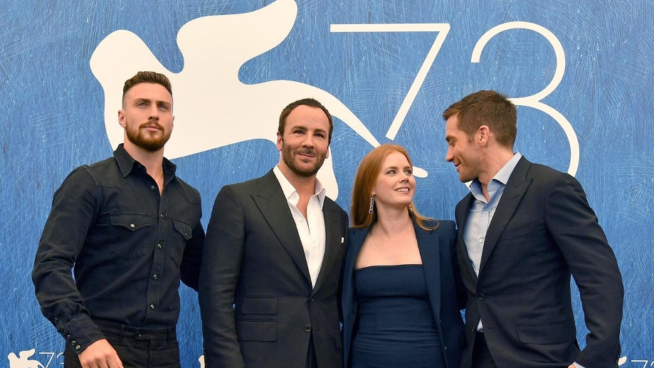 Aaron Taylor-Johnson, Regisseur Tom Ford, Amy Adams und Jake Gyllenhaal (l-r) stellten ihren Film 'Nocturnal Animals' in Venedig vor. (Quelle: dpa/Ettore Ferrari)