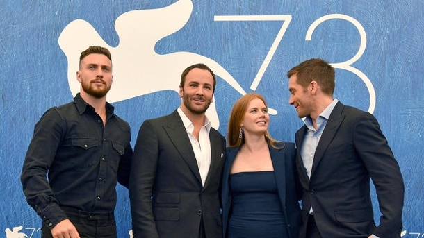 Film: Düsterer Thriller von Tom Ford in Venedig. Aaron Taylor-Johnson, Regisseur Tom Ford, Amy Adams und Jake Gyllenhaal (l-r) stellten ihren Film 'Nocturnal Animals' in Venedig vor.