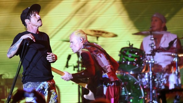 "Musik: Red Hot Chili Peppers rocken in 360 Grad - auch im Netz. Der Sänger Anthony Kiedis (l) und der Bassist Michael ""Flea"" Balzary von der US-amerikanischen Band Red Hot Chili Peppers in action in Berlin."
