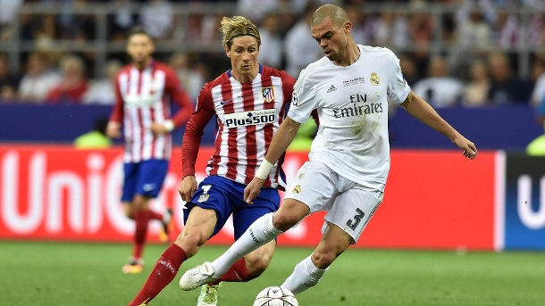 FIFA bestätigt Transfersperre gegen Real und Atlético Madrid. Sanktionierte Stadtrivalen: Reals Pepe (re.) im Duell mit Atleticos fernando Torres beim Champions-League-Finale 2016. (Quelle: imago/Cordon Press / Miguelez Sports)
