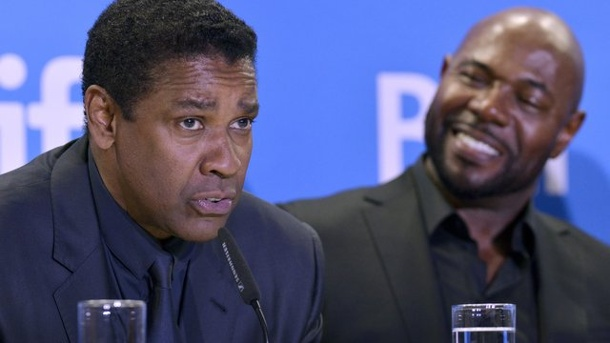 "Film: Filmfestival in Toronto mit Western-Remake eröffnet. Denzel Washington (l) und Antoine Fuqua stellen ihren Film ""The Magnificent Seven"" in Toronto vor."